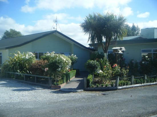 All Seasons Holiday Park Taupo : View from standard cabins towards kitchen facilities