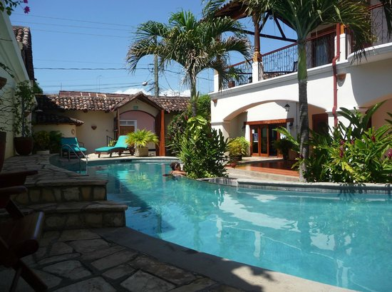 Hotel Xalteva: Pool, looking toward Hotel entrance
