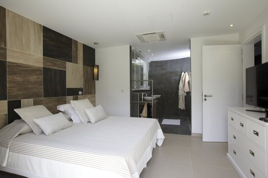 Beach suite bedroom with ensuite bathroom picture of for Bedroom with ensuite designs