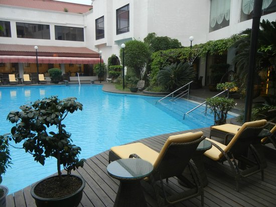 Guilin Bravo Hotel: Pool area surrounded by the hotel