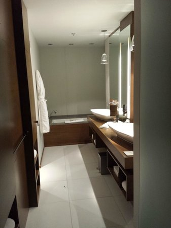 Hotel Le Germain Calgary: Large Bathroom, Dual Sinks, Tub fills from the ceiling