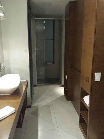 Hotel Le Germain Calgary: Large Bathroom, rainfall shower