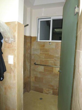 Gaia Hotel & Reserve: Jungle room bath