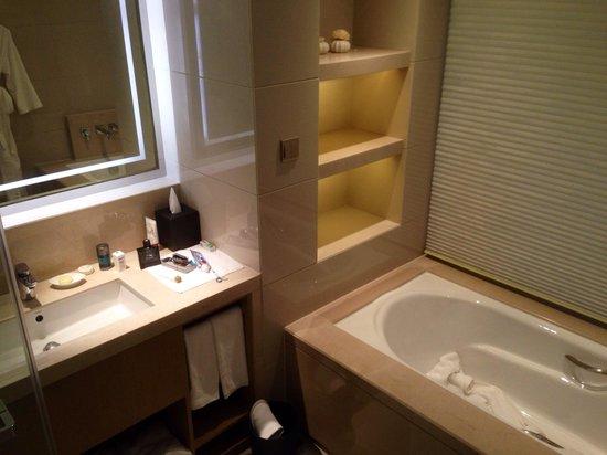 Pan Pacific Ningbo: Bath and shower room