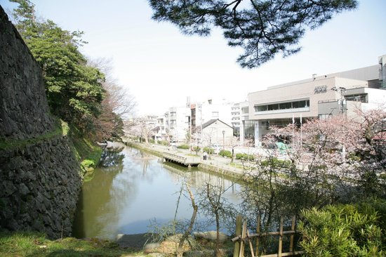 KKR Hotel Kanazawa : ホテルと桜並木