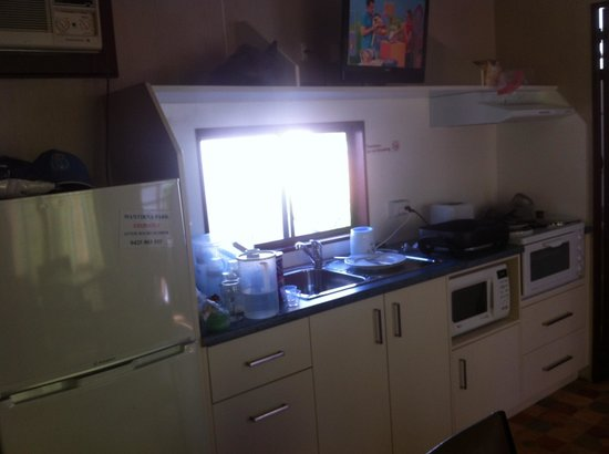 Wantirna Park Caravan Park: Kitchen in our cabin at Wantirna Park