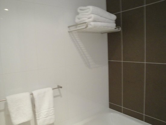 Novotel Christchurch Cathedral Square Hotel : very small bathroom