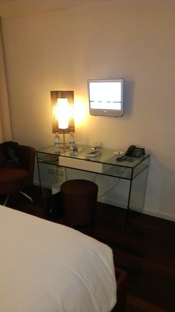 Hilton Florence Metropole: Room desk and TV