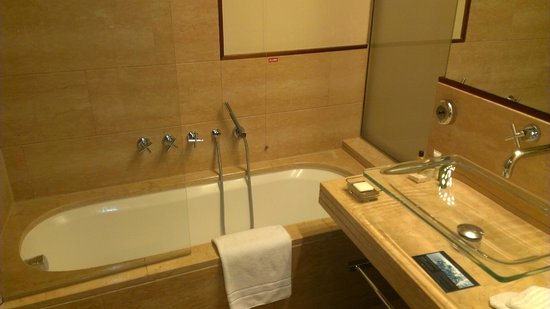 Hilton Florence Metropole: Bath tub and shower