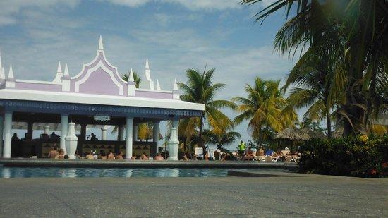 Hotel Riu Montego Bay: busy poolbar