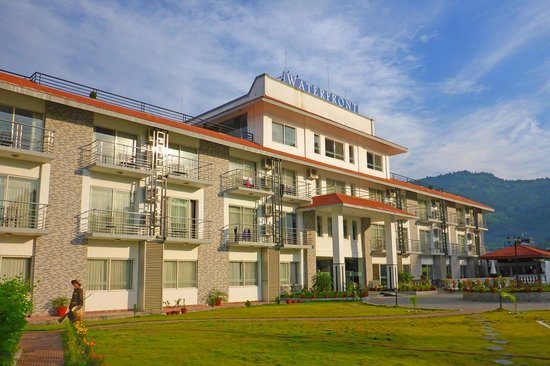Waterfront Resort Hotel: Front of Waterfront Resort
