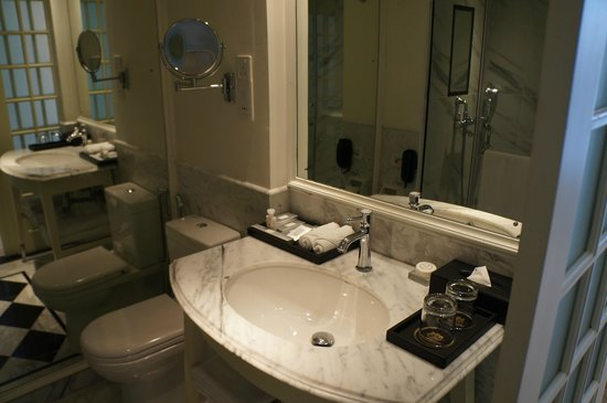 The Kingsbury: Bathroom of deluxe room