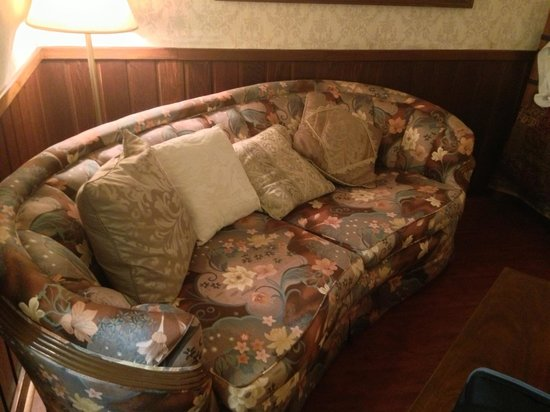 The Squire's Vintage Inn : Sofa in king room