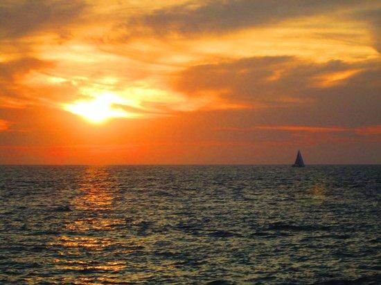 Sunset Plaza Beach Resort & Spa: Beautiful sunset we experienced nightly