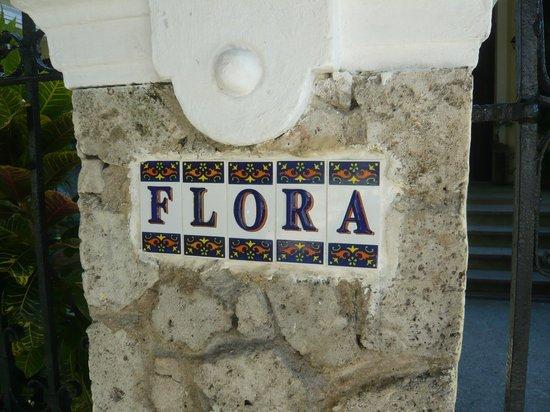 Casa Particular de la Dra Flora Roca: Sign on the gate of the house