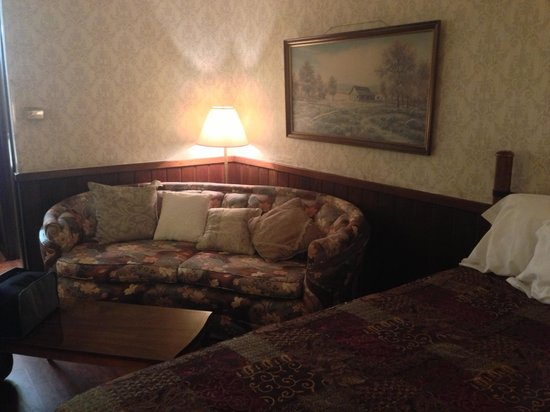 The Squire's Vintage Inn: Another view of the corner sofa in king bed room