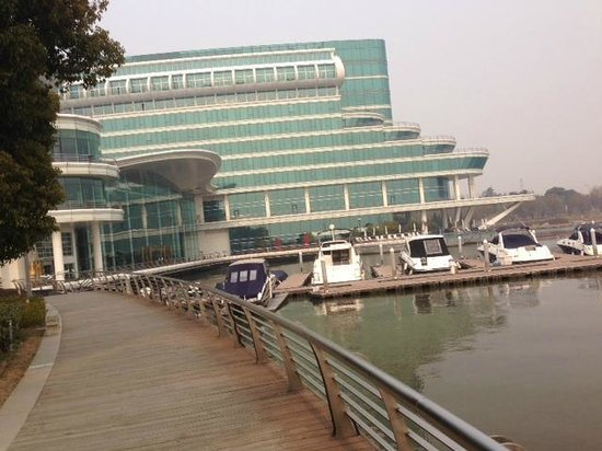 Crowne Plaza Hotel Suzhou: From the Lakeside walk
