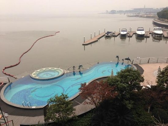 Crowne Plaza Hotel Suzhou: View of pool and lake from room ( foggy day)