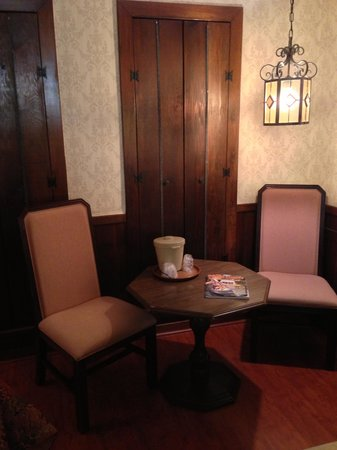 The Squire's Vintage Inn: Corner breakfast area in king bed room