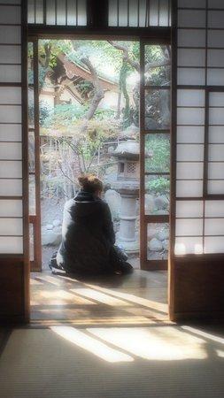 toco.-Tokyo Heritage Hostel: เปิดหน้าห้องออกมา เป็นระเบียงทางเดินที่เชื่อมต่อกับสวนหินได้เลยค่ะ