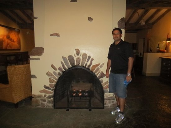 Furnace Creek Inn and Ranch Resort: Fire place in the lobby!