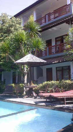 Warsa Garden Bungalows : Pool and main building
