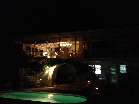 Round Hill Hotel & Villas: Villa 19 Pool deck at night