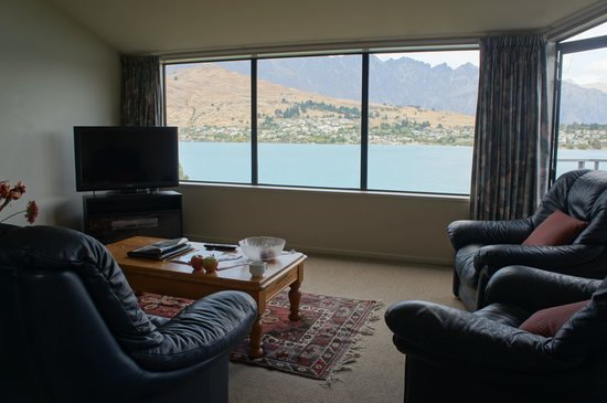 Spinnaker Bay Apartments: living area with stunning view