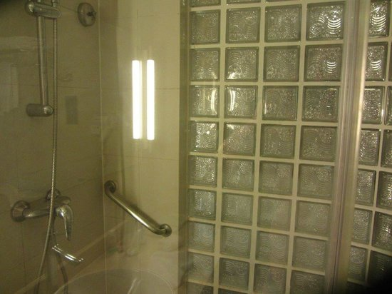 5. Holiday Inn Express City Centre Dalian - More Of My Bed Shower Room