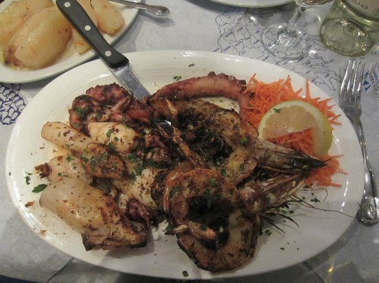 Stamna Greek Taverna: Seafood platter - I like the octopus