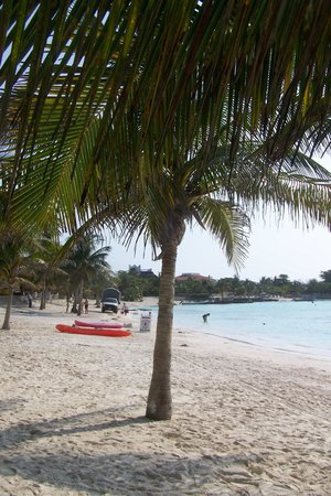 Akumal Beach: Moderate temperatures with a cool breeze.