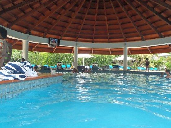 Naviti Resort : The swim up pool bar