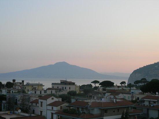 Hotel Caravel Sorrento: Вид на Везувий с террасы отеля