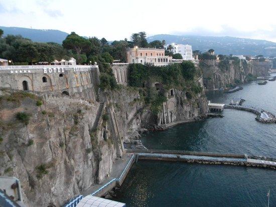 Hotel Caravel Sorrento: Пляжи Сант Аньело находятся в 3 минутах от отеля