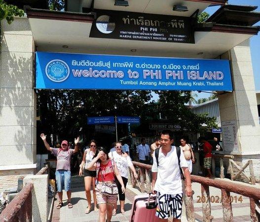 Phi Phi Cruiser: Crowded Phi Phi Don Pier