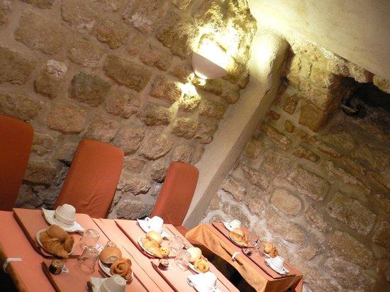Austin's Saint Lazare Hotel: 洞窟みたいな朝食場所