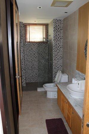 Blue Lagoon Resort Hua Hin: main bath - adjoining 2nd bedroom