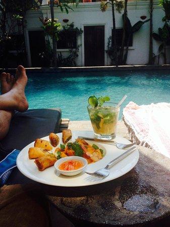 Rambutan Resort - Siem Reap: Snack by the pool