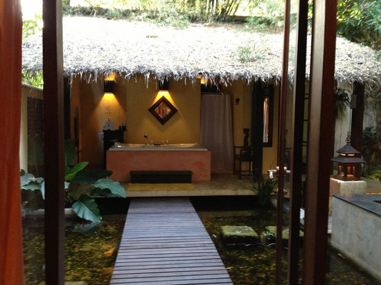 Aka Casa: Honeymoon Suite - outdoor bathroom