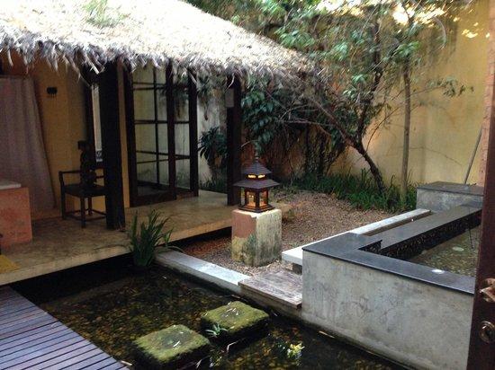 Aka Casa: Honeymoon Suite - outdoor bathroom courtyard.