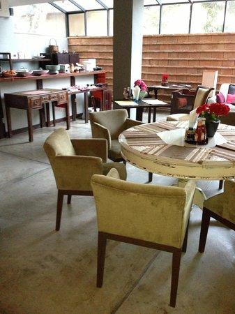 Aka Casa: Breakfast area right across from Honeymoon Suite