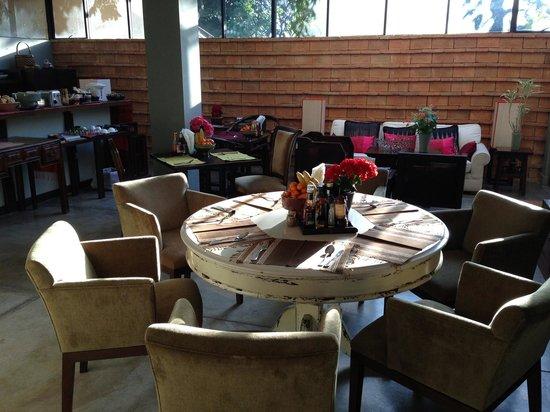 Aka Casa: Breakfast area in morning