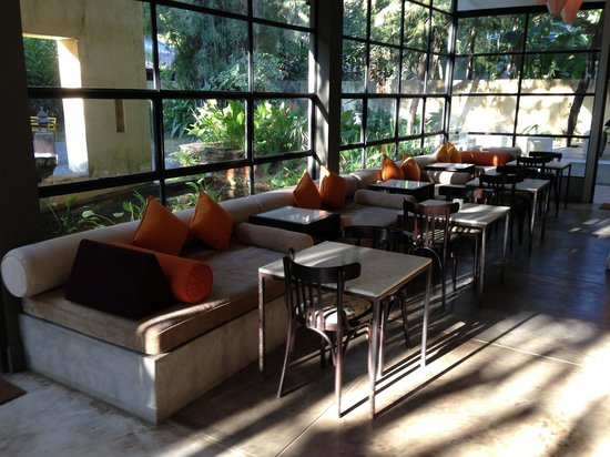 Aka Casa: Sitting/meeting area in morning