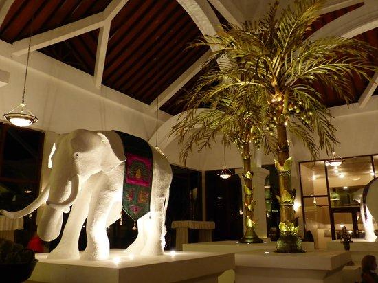Royal Palms Beach Hotel : Opulent Lobby Area