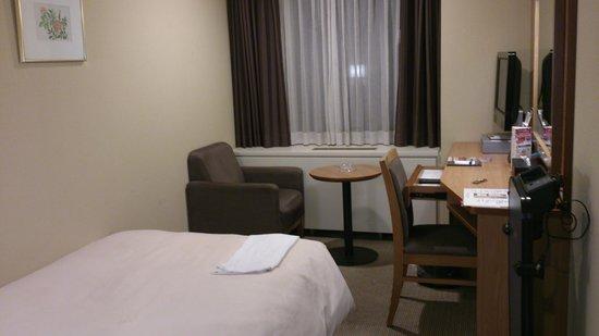 Hotel Sunroute New Sapporo: バッド側から窓をのぞむ。ソファがあるので部屋も広く感じます
