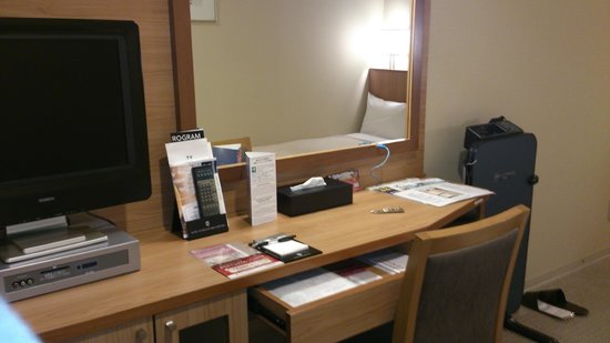 Hotel Sunroute New Sapporo: デスク。広々使えます