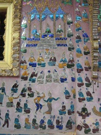 Vat Xienthong (Wat Xieng Thong): Mirror mosaic on building next to the Wat