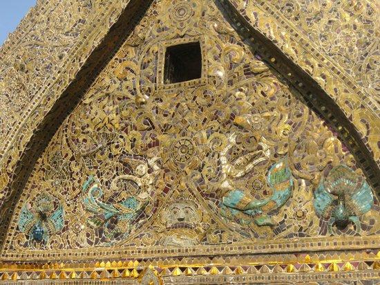 Vat Xienthong (Wat Xieng Thong): Beautiful mosaic on small building next to the Wat