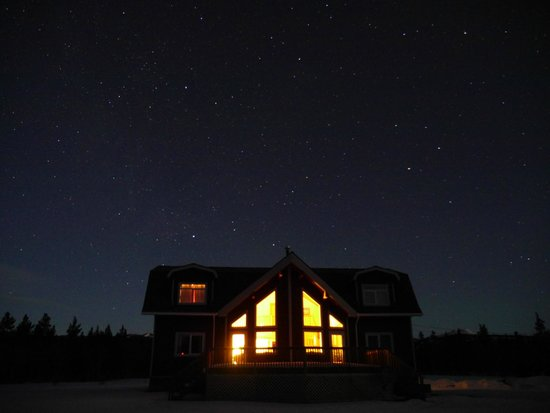 Takhini River Lodge: 星空とロッジ