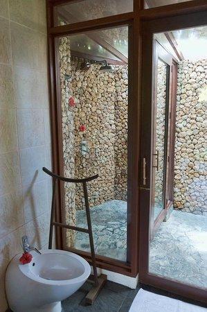 Mandala Spa & Resort Villas: Outdoor shower